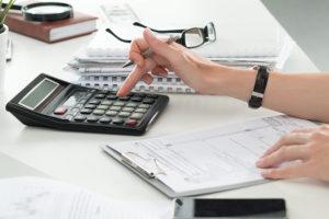 Bankmitarbeiter berechnet Kreditsumme
