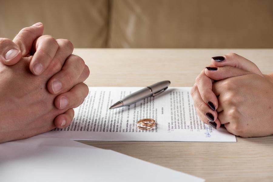 Ehepartner lassen sich scheiden und besprechen Unterhalt und Alimente